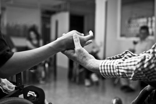 """Fotografía: Rober Amado. """"Detalle de una de las reuniones en las que participan personas con DCA en TRACE""""."""